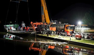 Gezonken schip met tractor erop in Noordhollandsch Kanaal komt beetje bij beetje weer boven water [video]