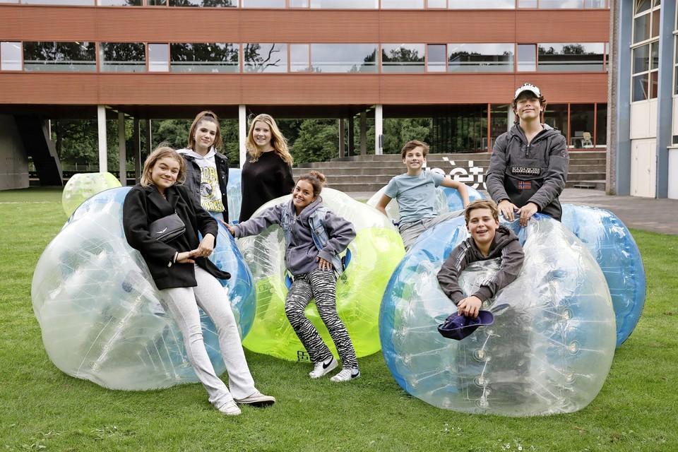 De Zomerschool betekent niet alleen maar leren en daar zijn Joost (staand rechts) en Lotte (links voor) blij mee.