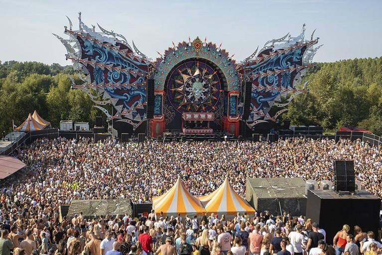 Duizenden danceliefhebbers gaan in de zon uit hun dak op uitverkochte zaterdageditie van Mysteryland [fotoserie]