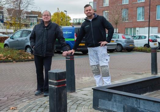 Volendammer Henk Stroek krijgt eindelijk gehoor bij de gemeente; hij heeft nu zelfs vier paaltjes op zijn stoep