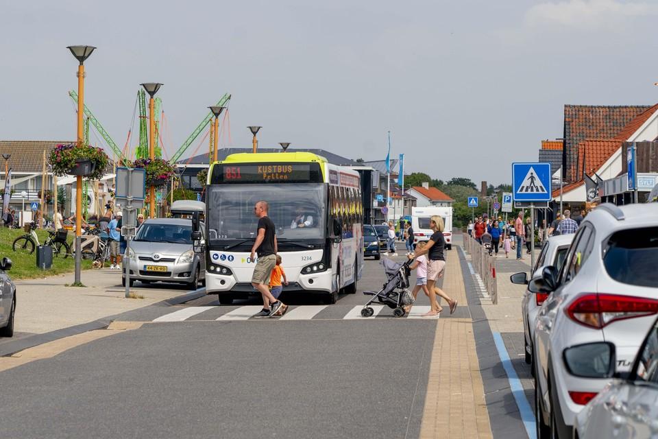 De Kustbus in Callantsoog op weg van Den Helder naar Petten.