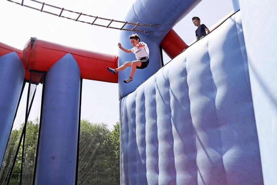 In Nibbixwoud wagen kinderen zich aan een sprong van grote hoogte op een 51 meter lange stormbaan.