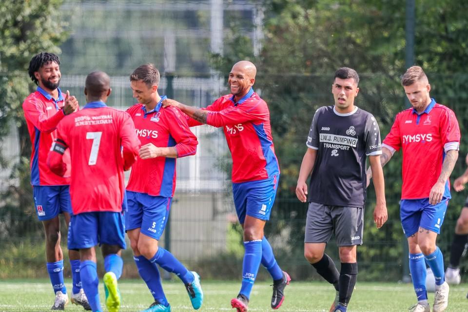 Raymond Fafiani (midden) feliciteert Kevin Huijsman na het maken van de 1-0. Naast hem baalt Ogulcan Sadiroglu van DEM zichtbaar.