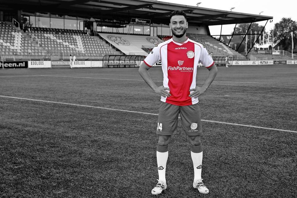 """Ilias Boudouni in het shirt van IJsselmeervogels op sportpark De Westmaat: ,,Dit is een topclub, dus die kans wil ik pakken."""""""