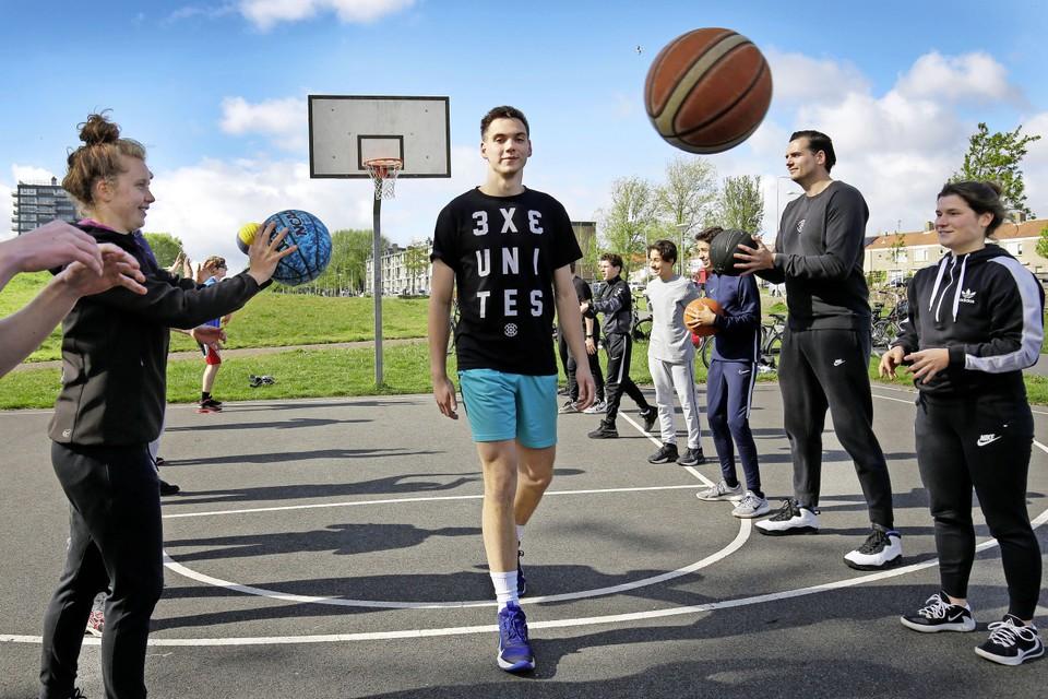 Bas Rozendaal op het Gijzenveltplantsoen waar hij 3x3 basketbalwedstrijdjes organiseert.