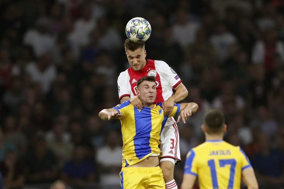 Joel Veltman tegen Andrija Pavlovic van APOEL FC.