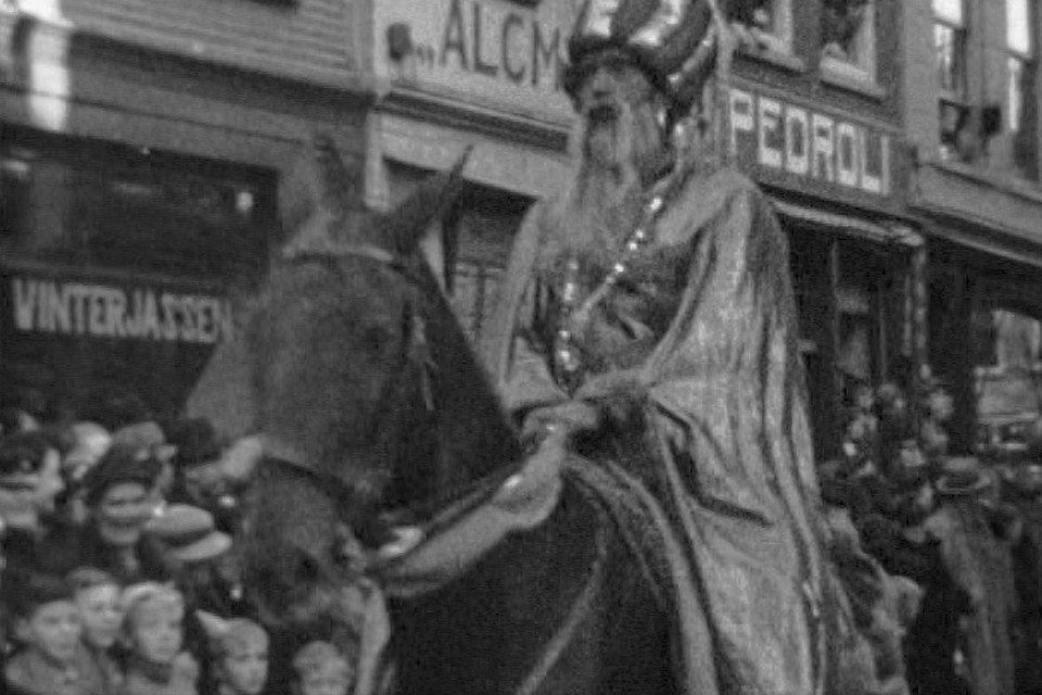 De Sjah van Perzië te paard passeert in de Langestraat de winkel van Pedroli met haar elektrische apparaten.