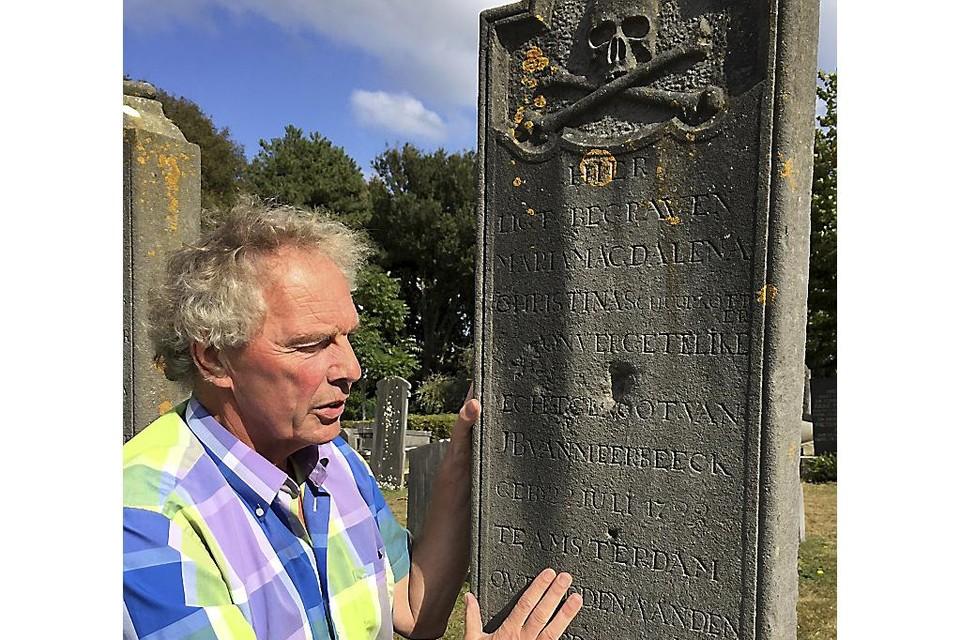 Vrijwilliger Lex Duijvelshoff op de begraafplaats.