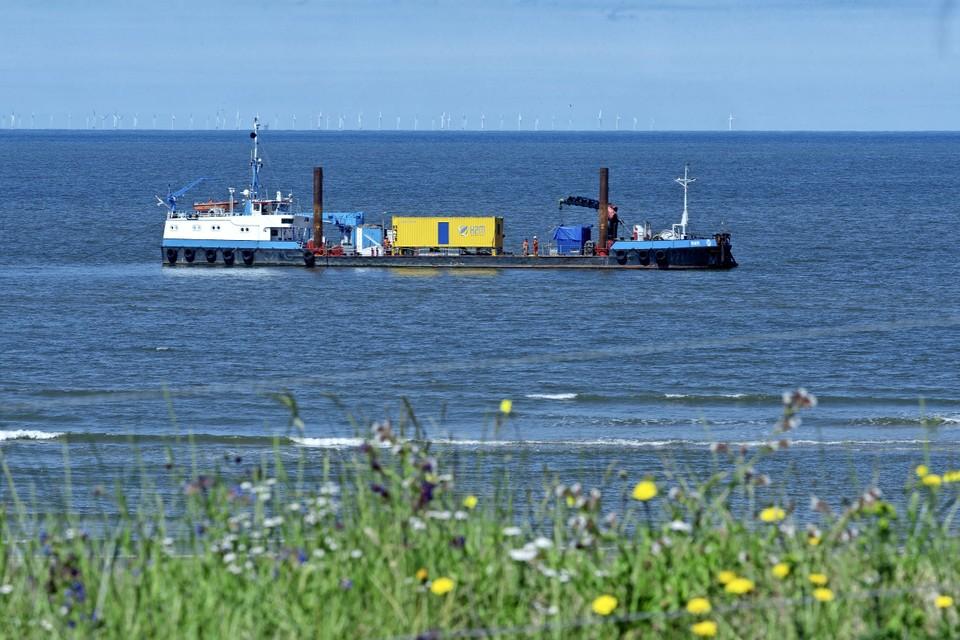 Het onderzoeksschip RAM dobbert voor de kust van Wijk aan Zee.