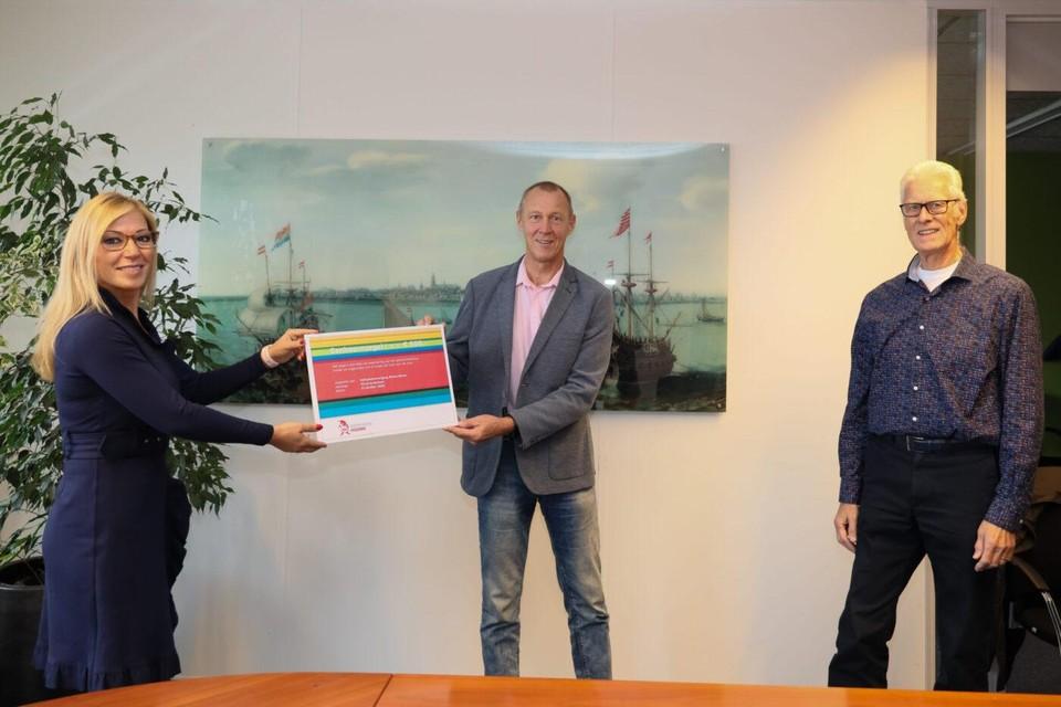 Wethouder Kholoud Al Mobayed overhandigt de eenhoornzegel aan Henk Snoeijer, voorzitter van volleybalvereniging Wham Wham.