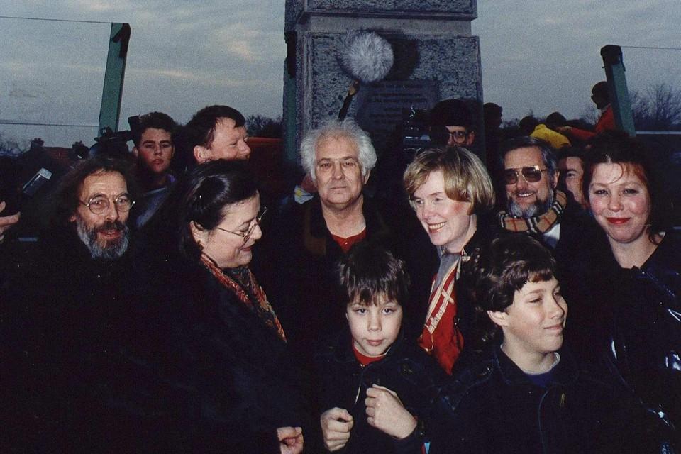 13 december 1990: Voor het door Jan Wolkers (m) gemaakte monument op de Den Uylbrug, geopend door minister Maij-Weggen (r) van Verkeer en Waterstaat. Op de voorgrond de tweeling Bob en Tom Wolkers, rechts Karina Wolkers, links Saskia den Uyl, dochter van Joop den Uyl. Burgemeester Hans Ouwerkerk is half zichtbaar. Rechts met bril wethouder Thom Germeraad.