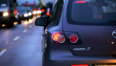 Asfalt A7 verzakt door hevige regenval; chaos op de weg