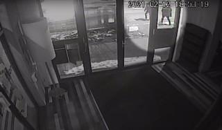 Politie geeft beelden van mishandeling bij fietsenstalling station Purmerend vrij: slachtoffer lag ruim 12 uur bewusteloos op de grond [video]