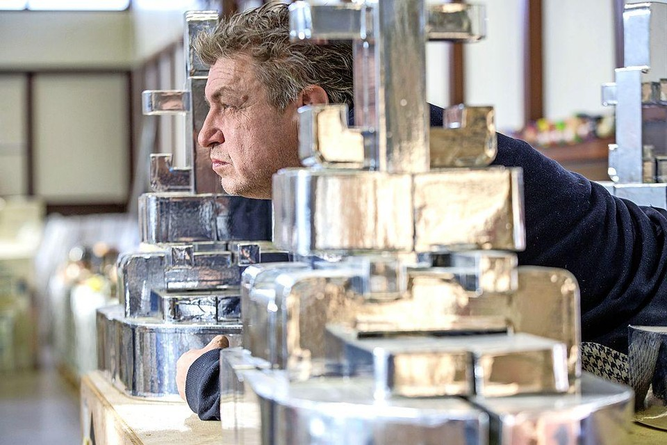 Rob Scholte moet met lede ogen toezien dat zijn kunstwerken openbaar worden verkocht.