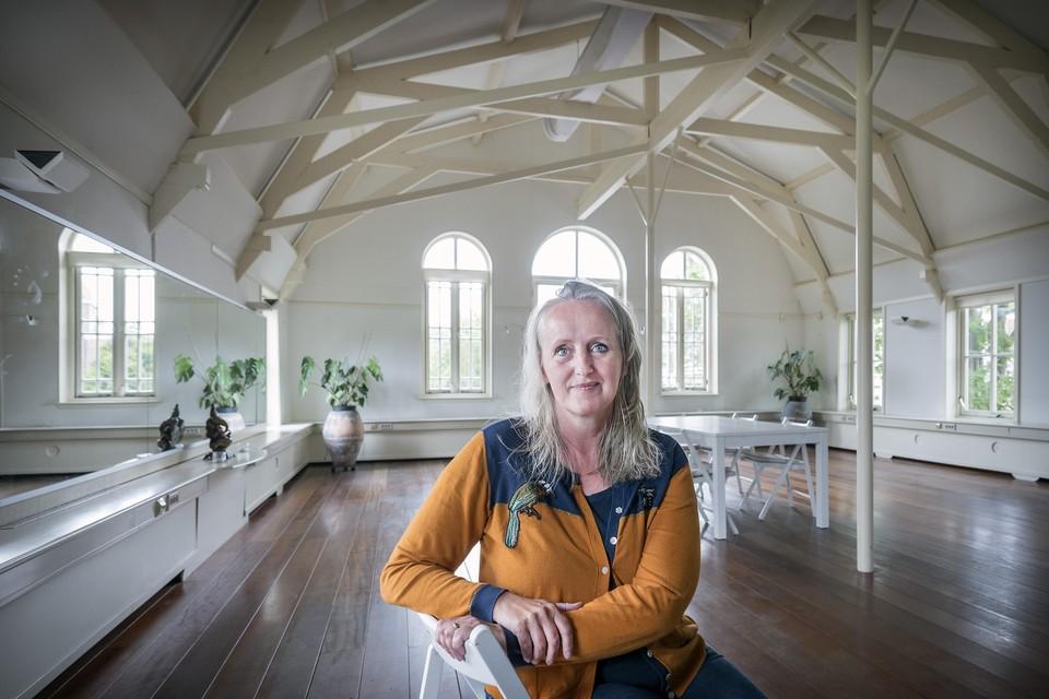 Marijke de Vries in de ruimte waar ze de creatieve cursus gaat geven. ,,Iets moois maken geeft je gezondheid een extra stimulans.''
