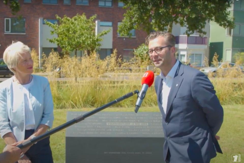 Burgemeester Lieke Sievers en wethouder Vincent Tuijp in gesprek met de plaatselijke pers in Enschede.