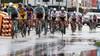 Een taxichauffeur met duikbril, twee weken in een quarantainehotel en ter plekke op zoek naar een ploegleider: wielrenners zien af in Thailand al voordat de koers begint [video]