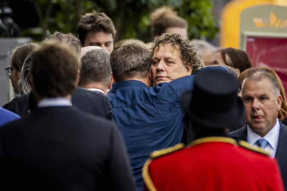 Kees van der Spek wordt omhelst bij aankomst voor het besloten afscheid van Peter R. de Vries in Koninklijk Theater Carre.