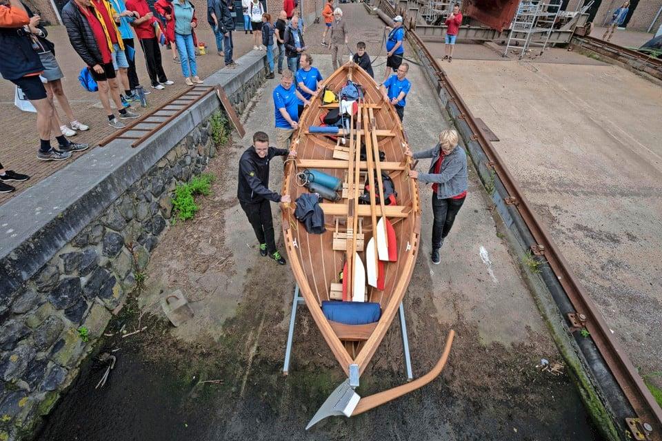 De skiff van Scholen aan Zee word te water gelaten.