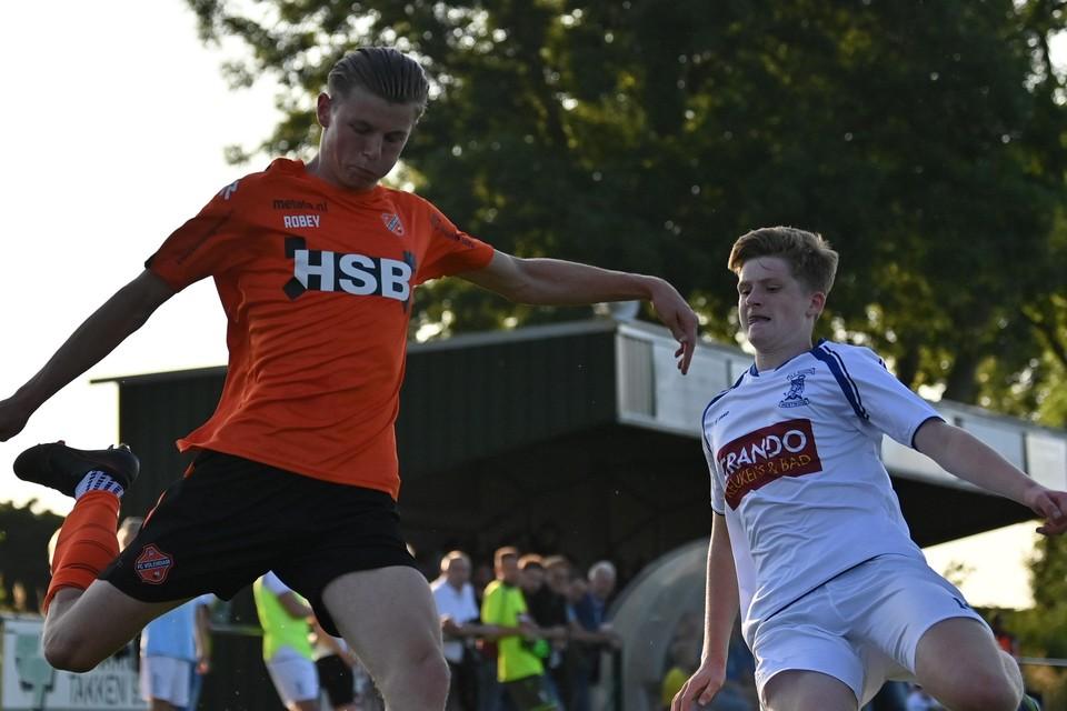 Milan Zonneveld haalt uit in de oefenwedstrijd van FC Volendam tegen VV Woudia.