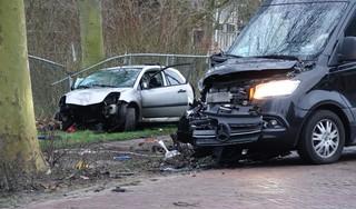 Zwaargewonde bij botsing tussen auto en bestelbus in Midwoud, bestuurder vlucht en wordt aangehouden [video]