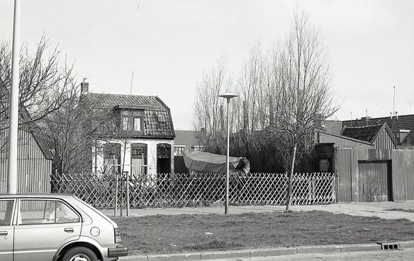 Uit Beeld: Sardien roken op de plek van de gebombardeerde huisjes in de Torenstraat in Den Helder