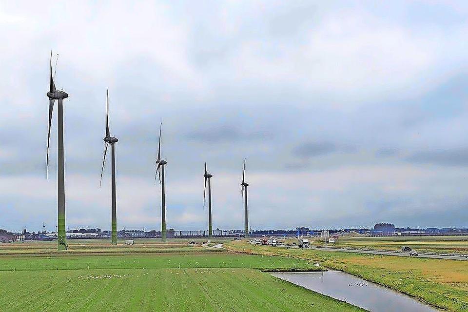 Windmolens als deze om energie op te wekken zijn wat de natuurorgansaties betreft taboe langs het IJsselmeer en het IJmeer.