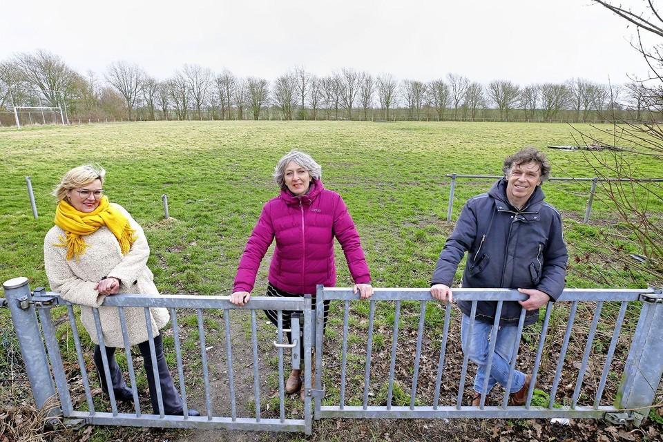 Goedkoop bouwen voor koopstarters op het B-veld van Vesdo in Schagerbrug. Atina Kruijer, Mirjam van Musscher en Ben Sintenie (vlnr) zien het helemaal zitten. Zij hebben al veertien jonge Schagerbruggers gevonden die enthousiast zijn over dat idee.