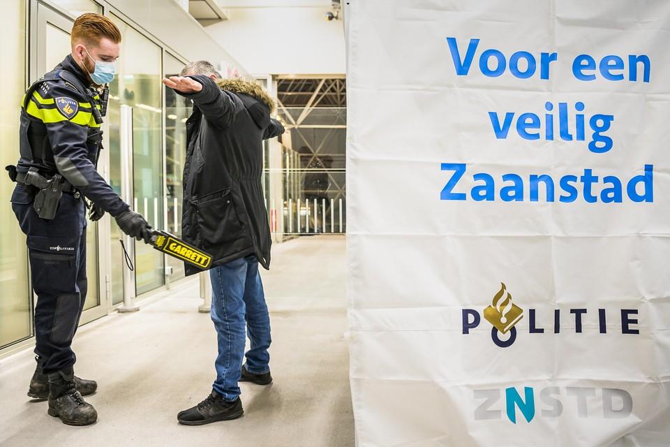 Fouilleren in coronatijd op het station van Zaandam.