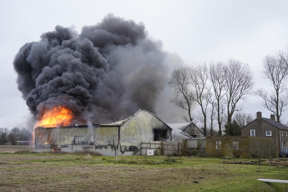De brand in de schuur aan de Boermansweg in Anna Paulowna leidde tot veel rookontwikkeling.