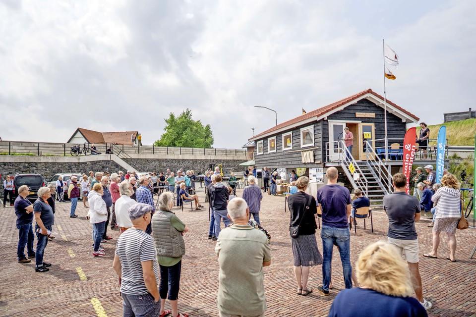 De opening van de werkplaats en ontmoetingsruimte door burgemeester Rian van Dam trok veel belangstelling in de haven van Den Oever.