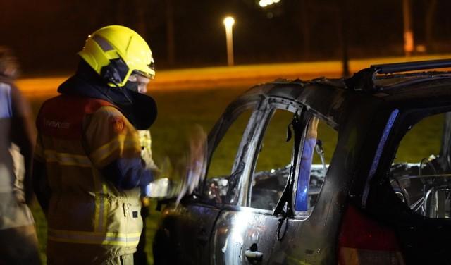 Auto uitgebrand in Den Helder. Politie doet onderzoek naar brandstichting [video]