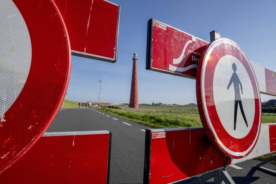 Een gebied rondom de Lange Jaap is afgesloten. Ook de doorgaande weg onder de zeedijk door.