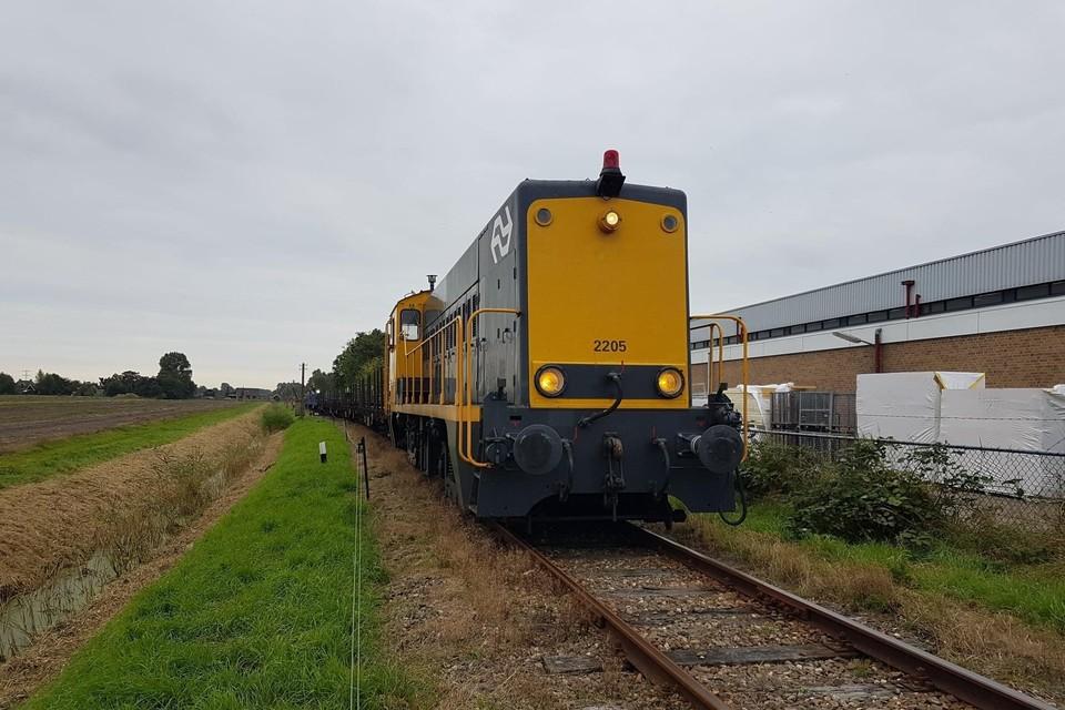 De oude spoorstaven worden per trein aangevoerd.