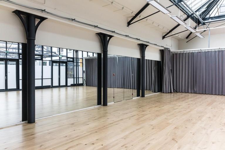 Galmende ruimtes met tegels van toen; nieuw onderkomen Fluxus Zaandam na kerstvakantie gereed