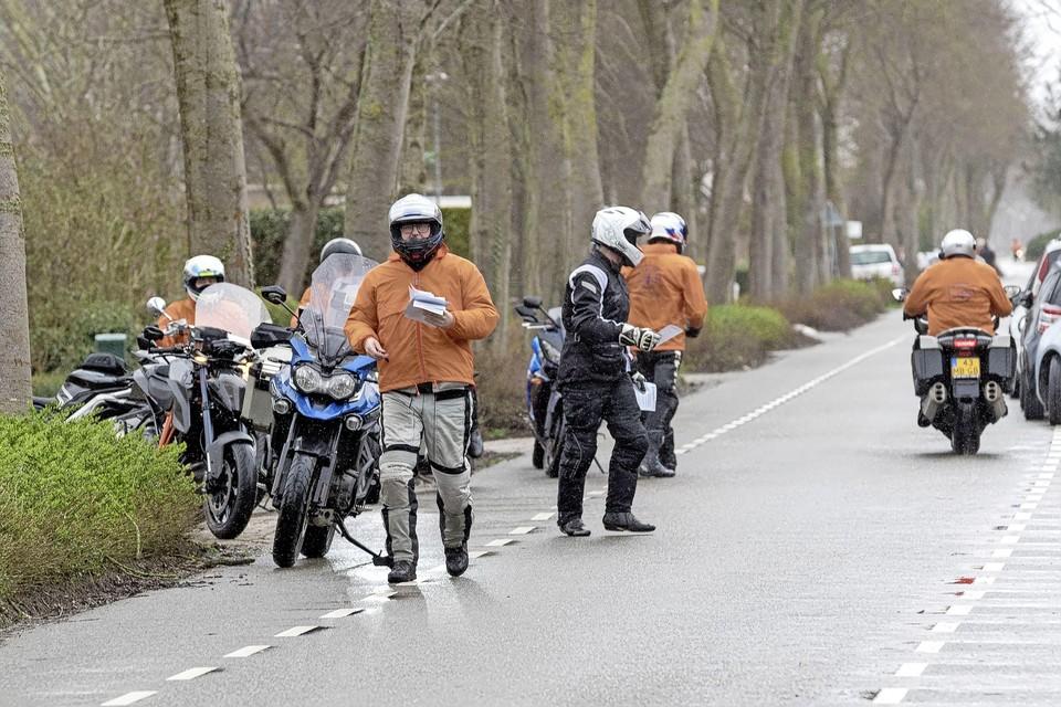 De motorrijders waaieren uit om hun verhaal te laten horen. Met flyers in de hand.