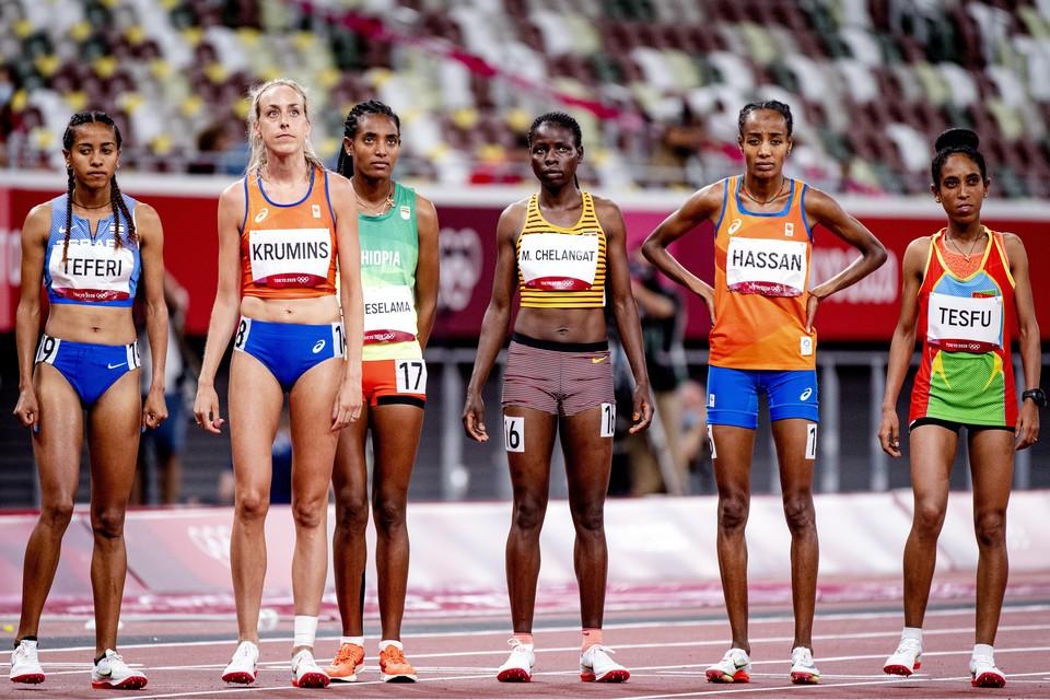 Susan Krumins (twede van links) en Sifan Hassan (tweede van rechts) aan de start van de de finale 10.000 meter
