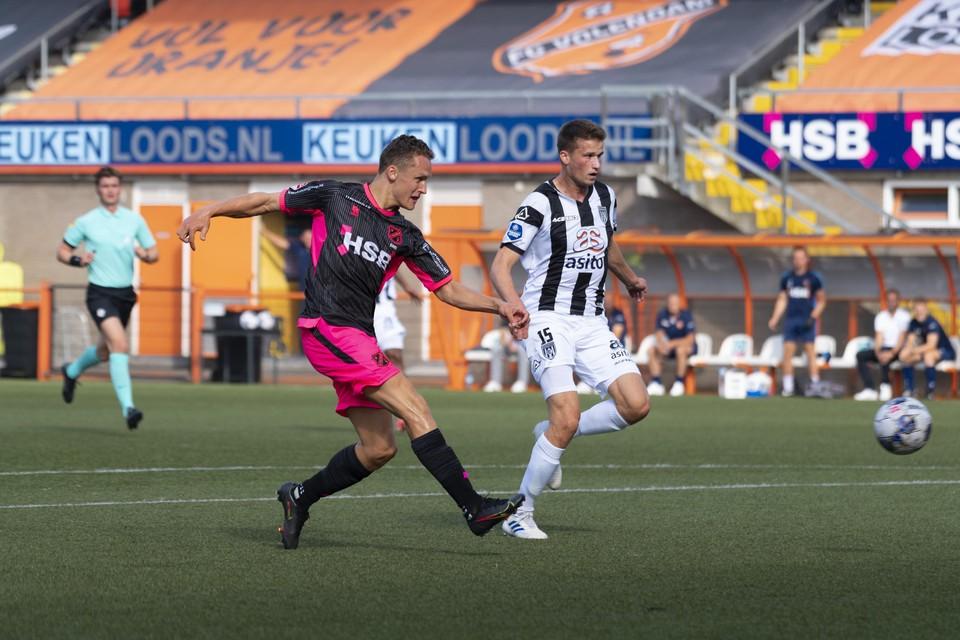 Martijn Kaars (links) haalt uit op het doel van Heracles.
