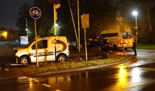 Twee gewonden, paal omver en auto op betonblok bij ongeluk in Purmerend