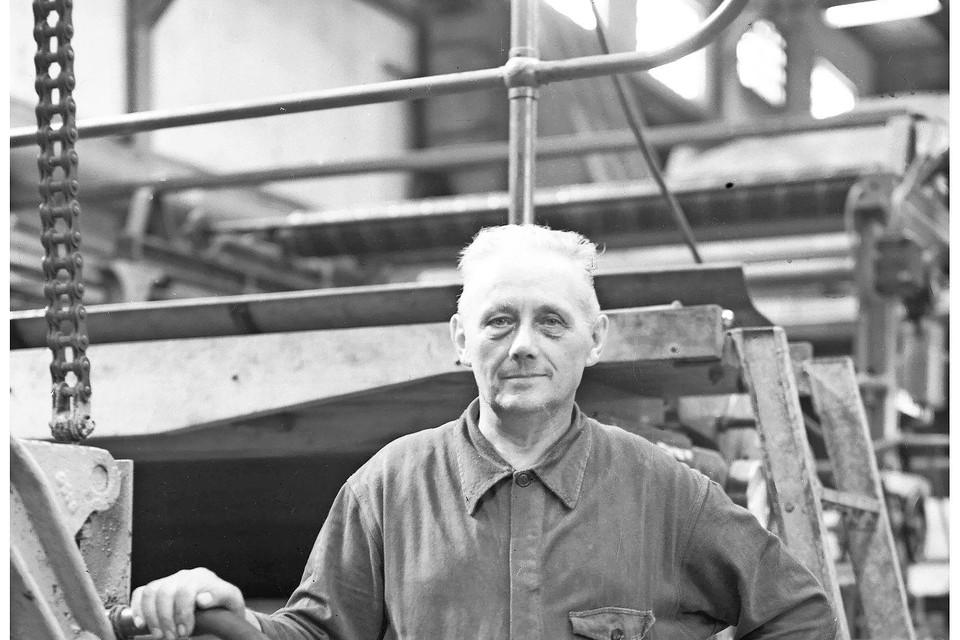 Arie de Lange, papiermaker bij Van Gelder Zonen, 1956.