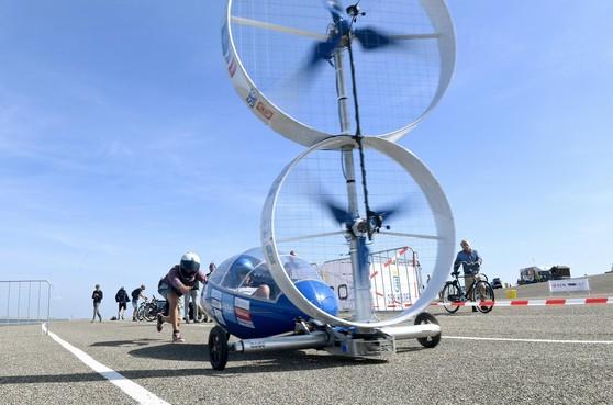 Direct een nieuw wereldrecord op eerste dag duurzaamheidsrace Racing Aeolus op Helderse zeedijk