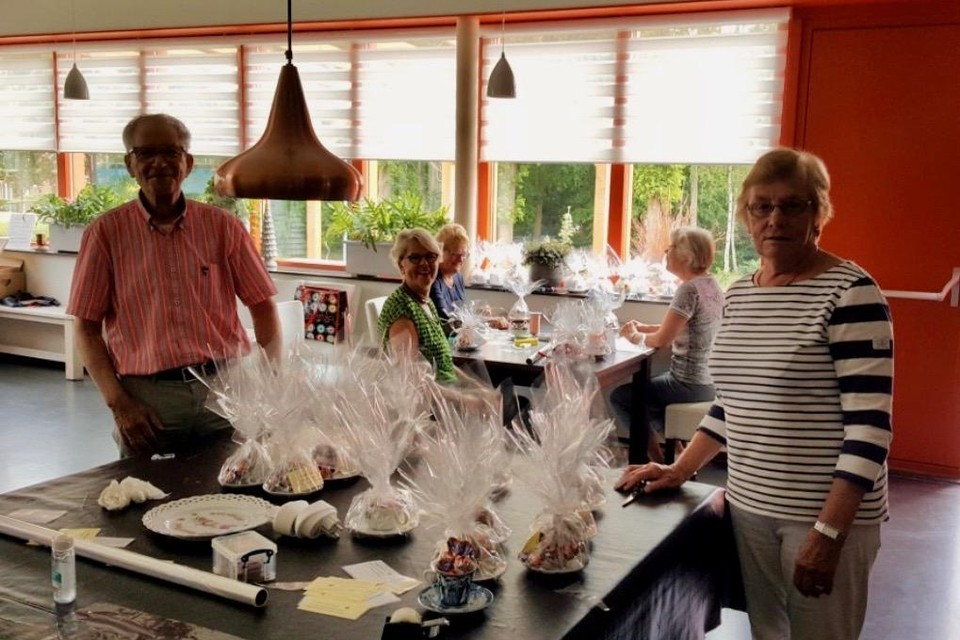 Vrijwilligers van De Zonnebloem hebben kop en schotels met chocolade gevuld. De attenties worden rondgebracht bij cliënten van de afdeling Wervershoof, Onderdijk en Medemblik.