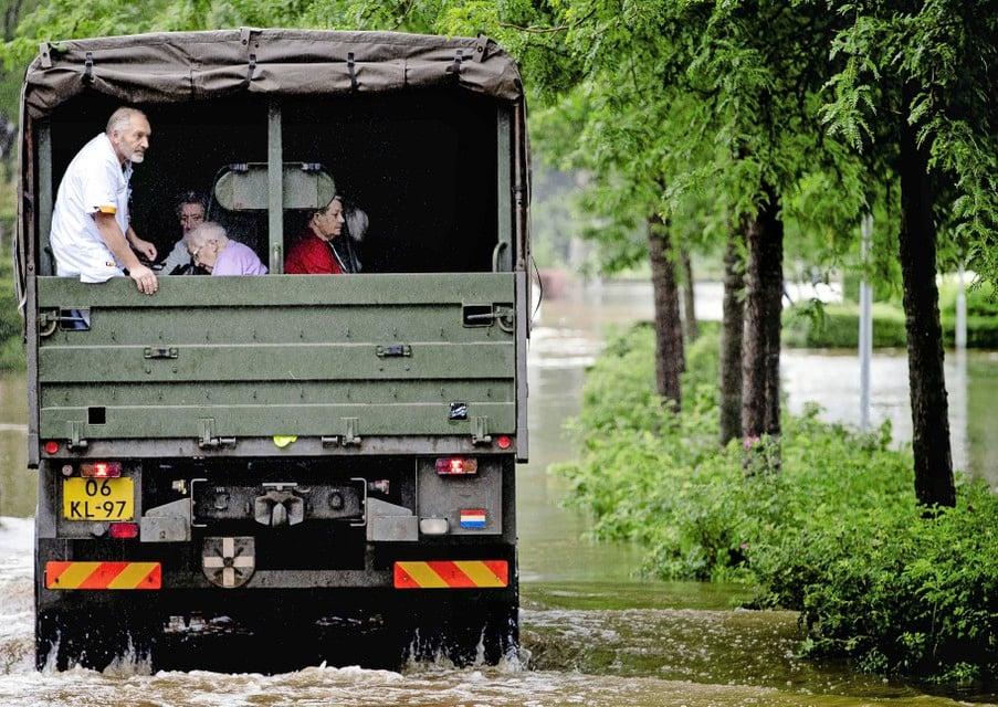 Het leger helpt met de evacuatie van bewoners van een verzorgingstehuis vanwege de wateroverlast in Zuid-Limburg.