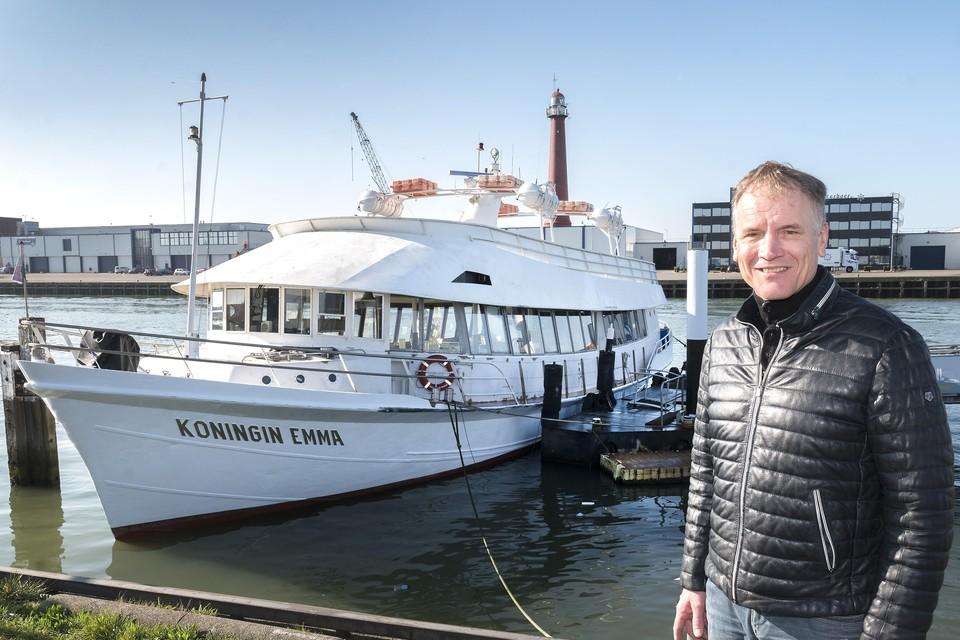 Adriaan Jumelet bij zijn rondvaartboot Koningin Emma.