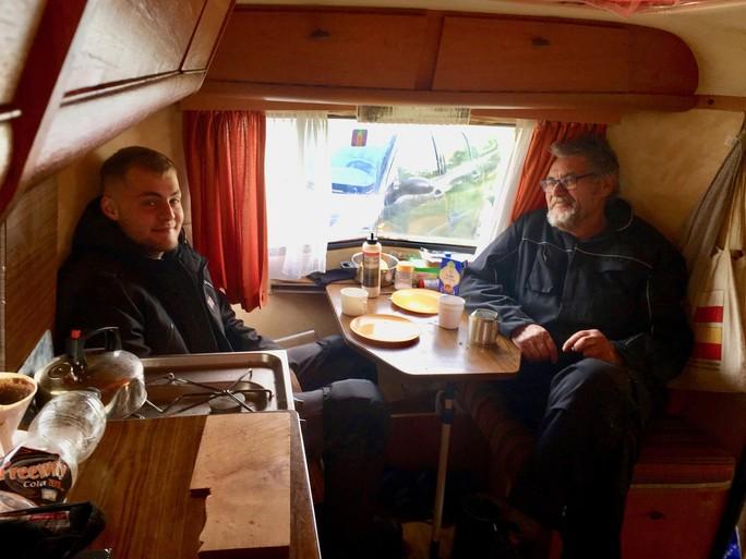 Wie woont er nu toch in die kleine caravan in de Helderse Falgatuinen? Bewoner Cris Koerts (72) ritst zijn voortent voor ons open
