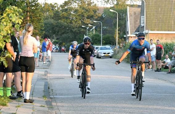 Hoornse fietsenmaker Konijn bewijst in Den Oever dat hij nog altijd kan winnen