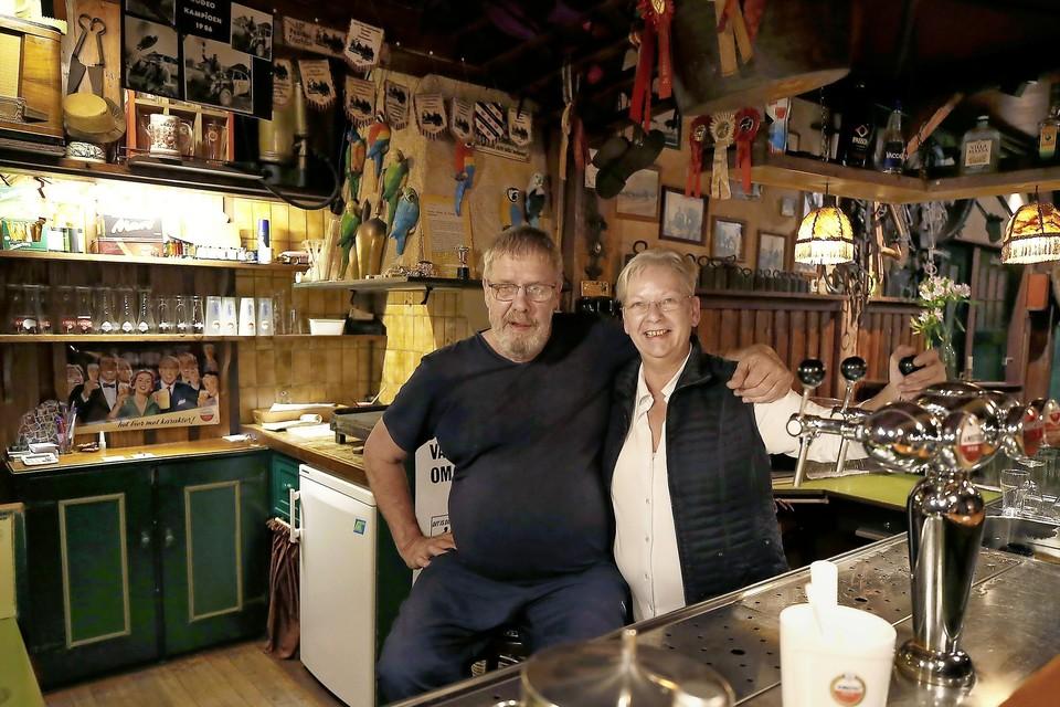 Henk en Carla van der Vliet in hun café.