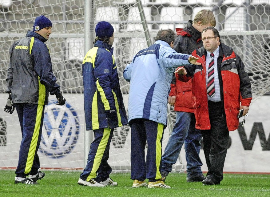 Februari 2007: Wijnand Vermeulen heeft het aan de stok met Zico. Kalm maar gedecideerd maakt Vermeulen de Braziliaanse vedette duidelijk dat de spelers van Fenerbahce niet in het strafschopgebied mogen trainen.