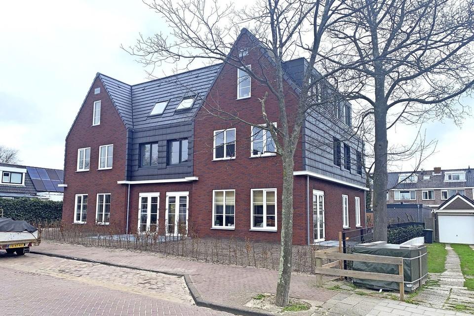 Het appartementengebouw aan de Raadhuisweg in Akersloot. Mag het huur blijven, of wordt het koop?