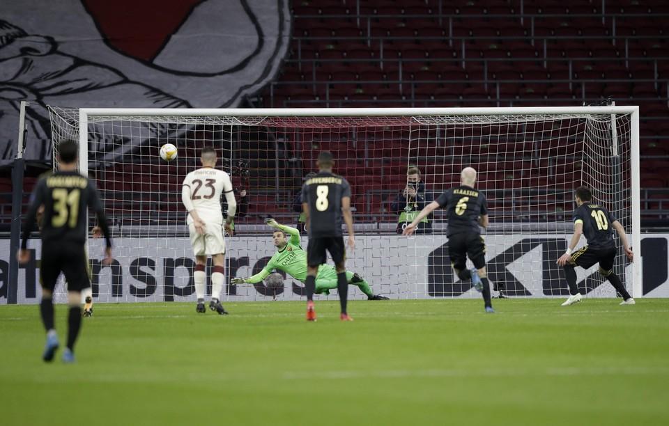AS Roma-keeper Pau Lopez houdt de inzet van Dusan Tadic vanaf elf meter uit zijn doel.